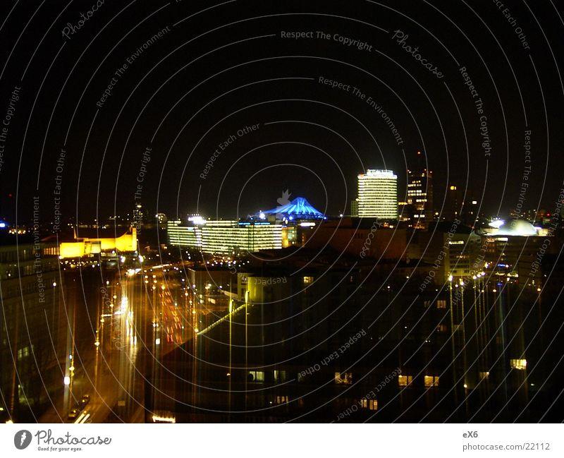 Über Berlin bei Nacht Europa Aussicht Mitte Skyline Potsdamer Platz Einkaufszentrum überblicken Sony Center Berlin