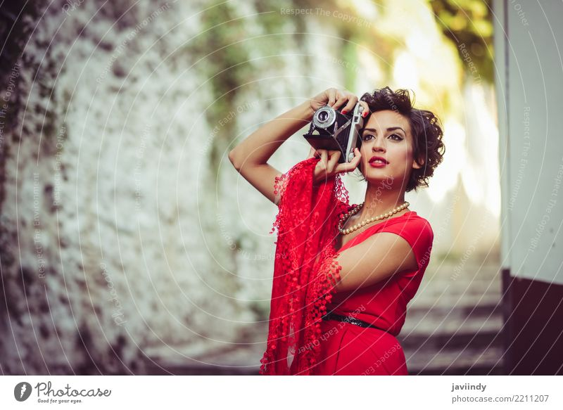 Frau, die das rote Kleid macht Fotos mit einer alten Kamera trägt Mensch Sommer schön weiß Erwachsene Herbst Stil Glück Haare & Frisuren Mode Design retro