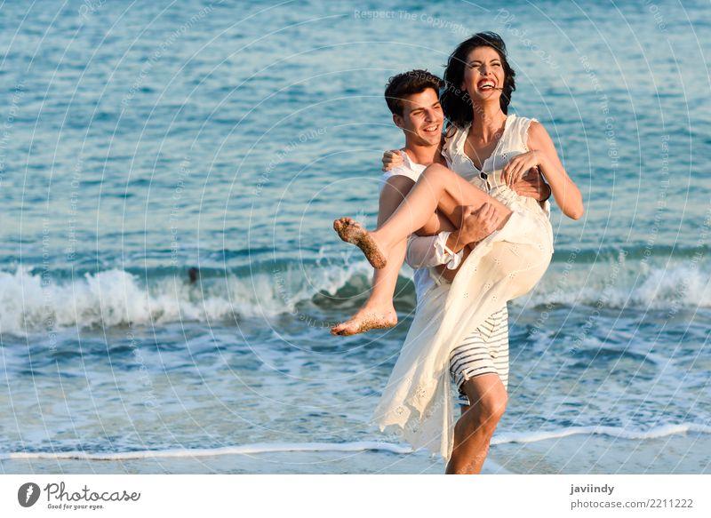 Junges glückliches Paar, das in einen schönen Strand geht. Lifestyle Freude Glück Haare & Frisuren Ferien & Urlaub & Reisen Sommer Meer Mensch Frau Erwachsene
