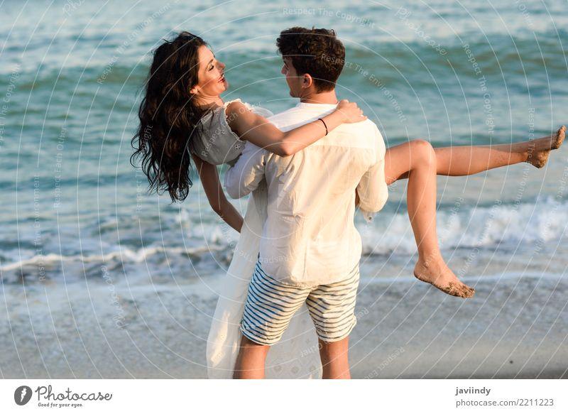 Junges glückliches Paar, das in einen schönen Strand geht. Frau Mensch Ferien & Urlaub & Reisen Jugendliche Mann Junge Frau Sommer Junger Mann Meer Freude