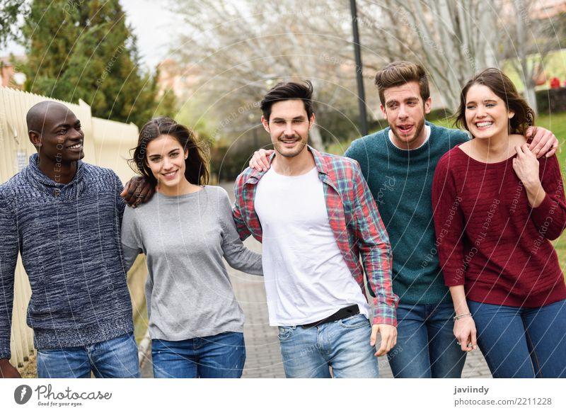 Gruppe multiethnische junge Leute, die zusammen draußen gehen Lifestyle Freude Glück Studium Mensch Frau Erwachsene Mann Freundschaft 5 Menschengruppe