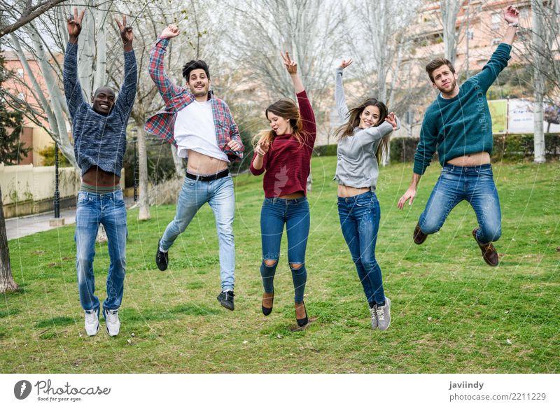 Mehrrassige junge Menschen, die gemeinsam im Freien springen. Lifestyle Freude Junge Frau Jugendliche Junger Mann Erwachsene Freundschaft 5 Menschengruppe