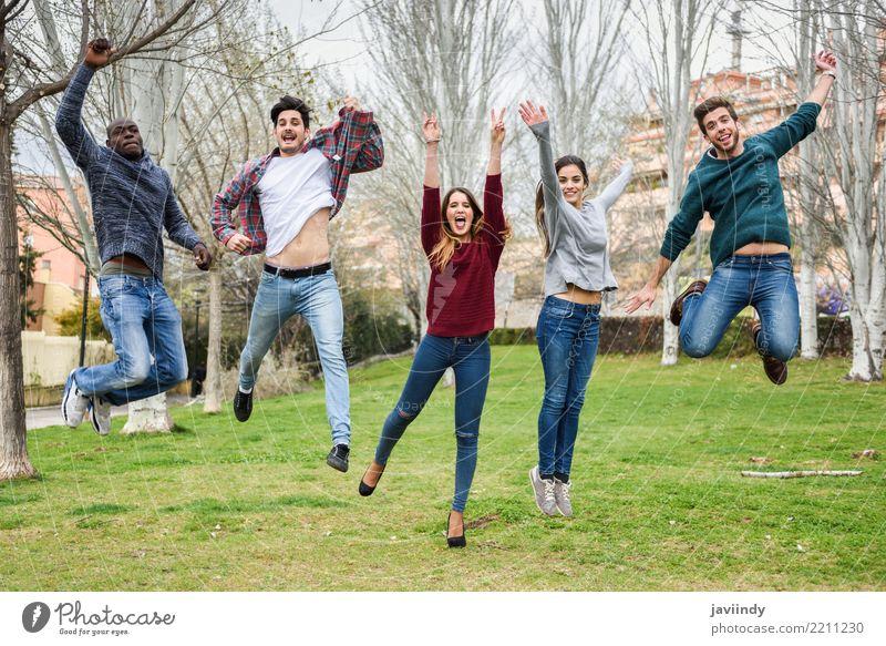 Mehrrassige junge Menschen, die gemeinsam im Freien springen. Lifestyle Freude Glück Studium maskulin feminin Junge Frau Jugendliche Junger Mann Erwachsene