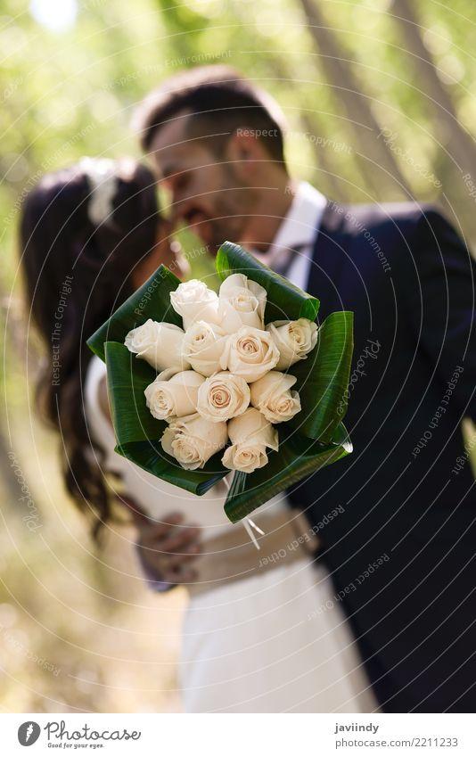 Gerade verheiratetes Paar zusammen im Naturhintergrund Glück schön Feste & Feiern Hochzeit Mensch Frau Erwachsene Mann 2 18-30 Jahre Jugendliche Blume Kleid