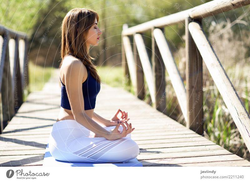 Junge Frau, die Yoga auf Holzbrücke in der Natur tut. Mensch Jugendliche Sommer schön weiß Erholung 18-30 Jahre Erwachsene Lifestyle natürlich feminin Sport