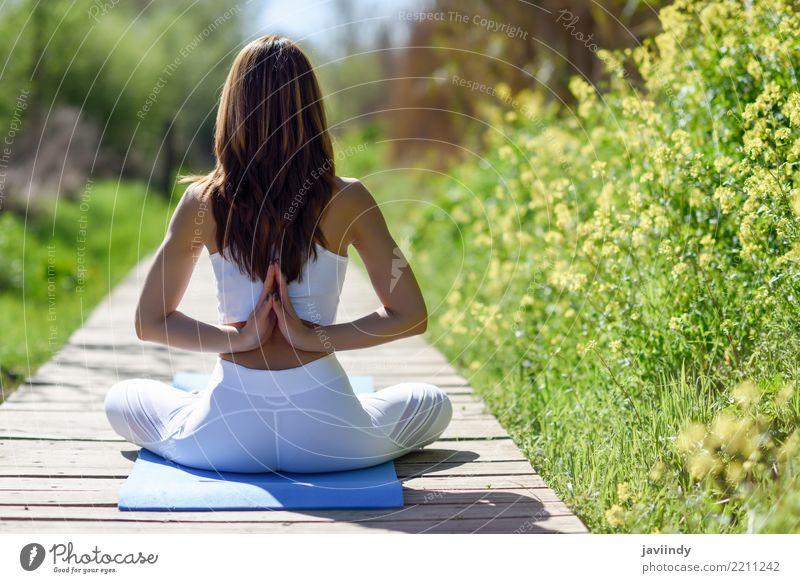 Junge Frau, die Yoga auf hölzerner Straße in der Natur tut. Mensch Jugendliche schön weiß Hand Erholung 18-30 Jahre Erwachsene Lifestyle natürlich feminin Sport