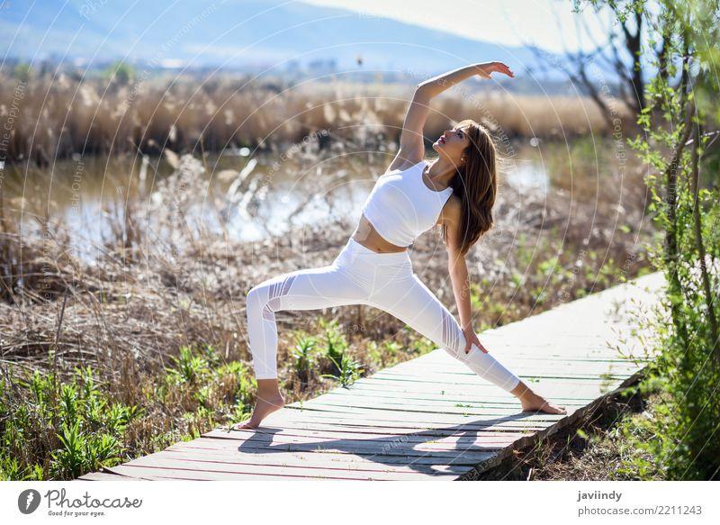 Junge Frau, die Yoga auf hölzerner Straße in der Natur tut. Mensch Jugendliche schön weiß Sonne Erholung 18-30 Jahre Erwachsene Lifestyle natürlich feminin