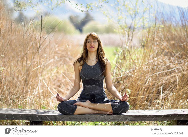Junge Frau, die Yoga in der Natur tut. Lifestyle schön Körper Erholung Meditation Sommer Sport Mensch feminin Jugendliche Erwachsene 1 18-30 Jahre Gras Fitness