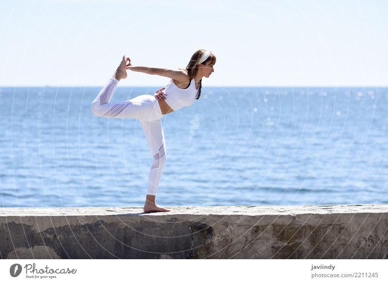 Junge Frau, die Yoga im Strand tut. Mensch Natur Jugendliche Sommer schön weiß Meer Erholung 18-30 Jahre Erwachsene Lifestyle natürlich feminin