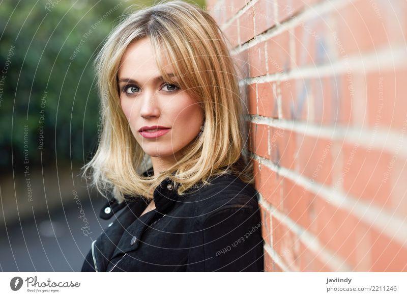 Hübsche Blondine im städtischen Hintergrund schön Haare & Frisuren Gesicht Mensch feminin Junge Frau Jugendliche Erwachsene 1 18-30 Jahre Straße Mode Jacke