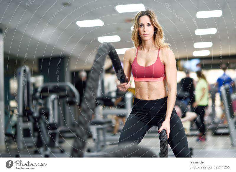 Frau mit Kampfseilen trainieren in der Eignungsturnhalle. Mensch Jugendliche schön Freude 18-30 Jahre Erwachsene feminin Sport Freundschaft Körper Wellen Aktion