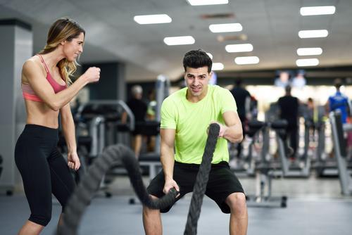 Die Frau, die jungen Mann mit Kampfseilen motiviert, trainieren Mensch Jugendliche weiß 18-30 Jahre Erwachsene Lifestyle feminin Sport maskulin Wellen Kraft
