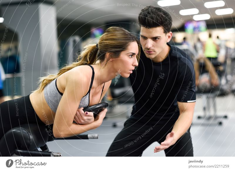 Persönlicher Trainer, der jungen Frauen hilft, Gewichte zu heben Mensch Jugendliche Mann weiß 18-30 Jahre Erwachsene Lifestyle Sport maskulin Körper Kraft