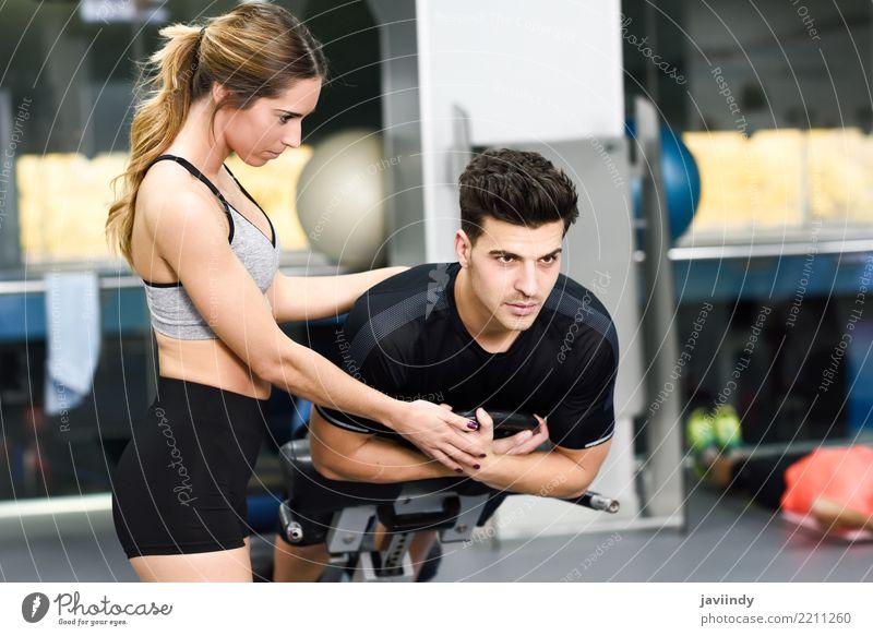 Weiblicher persönlicher Trainer, der einem jungen Mann hilft Frau Mensch Jugendliche weiß 18-30 Jahre Erwachsene Lifestyle feminin Sport maskulin Körper Kraft