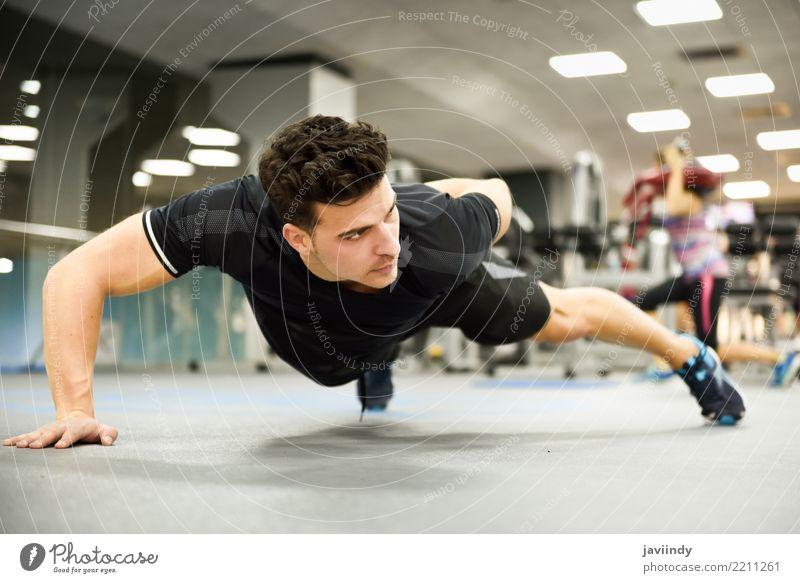 Attraktiver Mann, der Pushups in der Turnhalle tut Lifestyle schön Körper Sport Mensch maskulin Erwachsene 1 18-30 Jahre Jugendliche Fitness dünn muskulös weiß