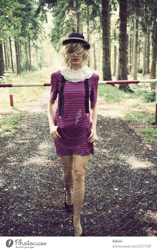Clown Mensch Natur Jugendliche schön Baum grün schwarz Wald feminin träumen Wege & Pfade blond Erwachsene rosa gehen Coolness