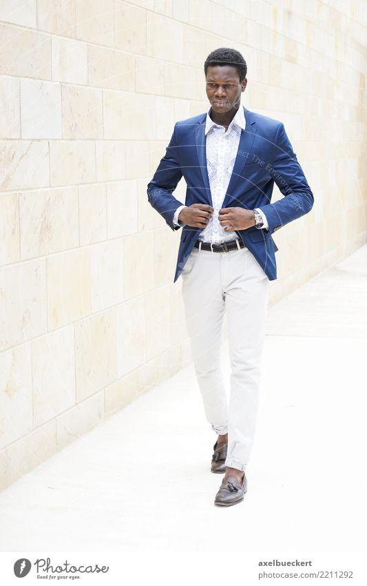 fashionable young african man Mensch Jugendliche Mann Junger Mann 18-30 Jahre Erwachsene Lifestyle Stil Business Mode Stadtleben gehen maskulin elegant Coolness