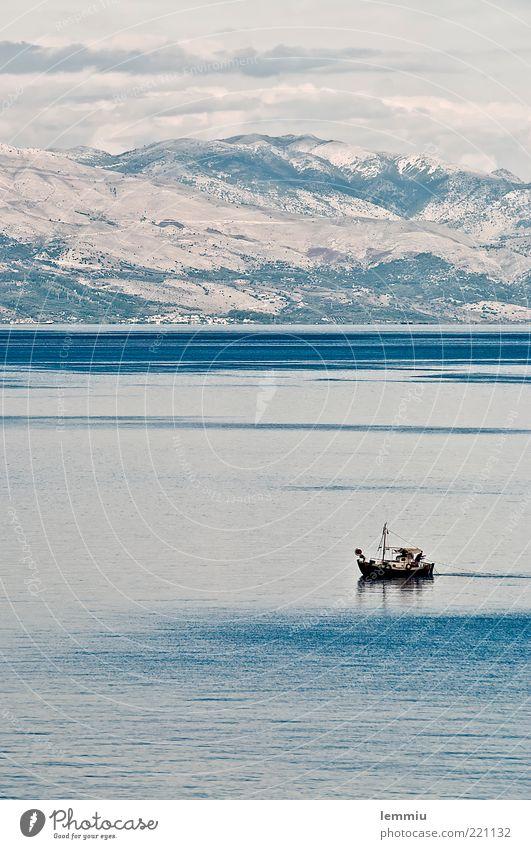 Morgenstimmung Landschaft Wasser Himmel Hügel Felsen Berge u. Gebirge Wellen Küste Bootsfahrt Fischerboot fangen klein Stimmung Zufriedenheit friedlich