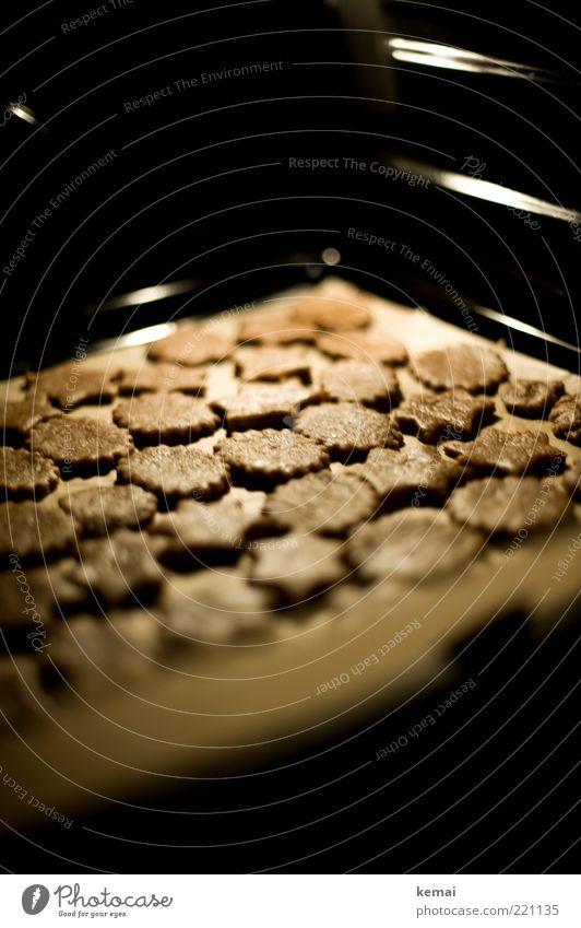 Kekse backen Teigwaren Backwaren Süßwaren Plätzchen Ernährung Backblech Backpapier Duft Winter Häusliches Leben Küche braun schwarz Farbfoto Gedeckte Farben