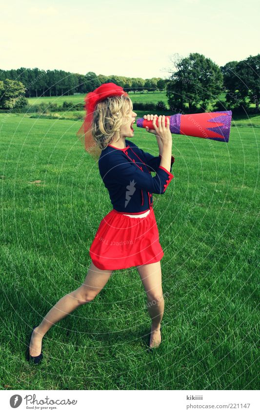 Alarm! Mensch Jugendliche grün rot Landschaft Junge Frau Erwachsene Ferne Wiese sprechen feminin Gras 18-30 Jahre Energie Kommunizieren Show