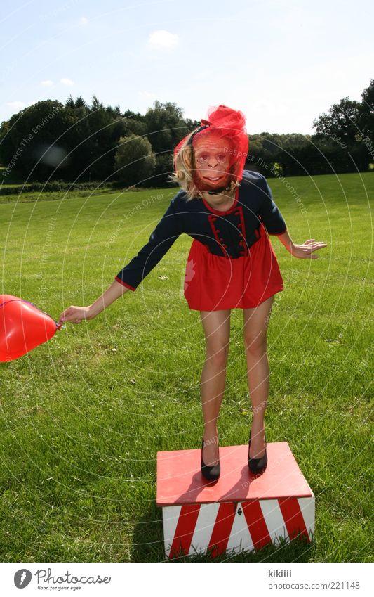 Affig Mensch Jugendliche grün rot Freude Wiese feminin Landschaft Erwachsene blond verrückt Fröhlichkeit stehen Luftballon Show Tiergesicht