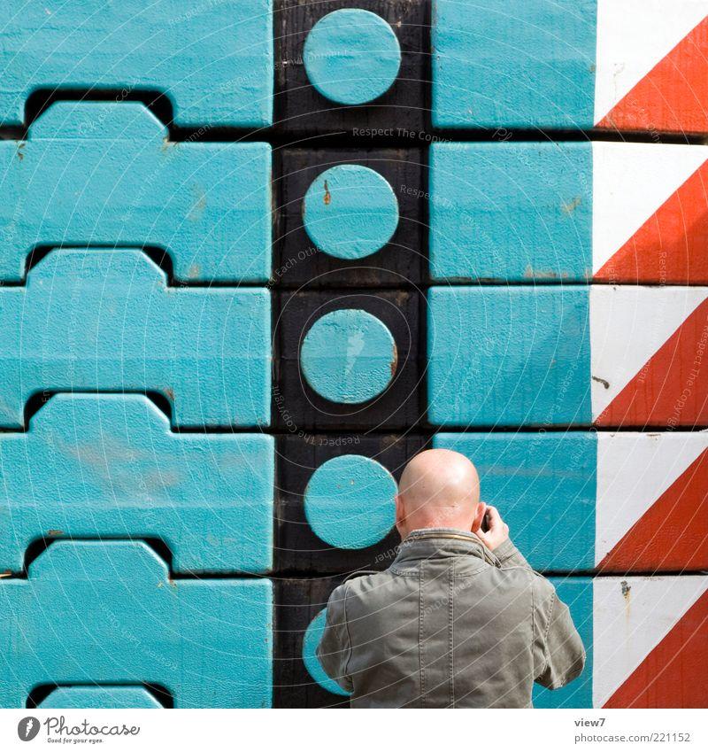 ein Foto Maschine maskulin Mann Erwachsene 1 Mensch Metall Stahl Schilder & Markierungen Linie Streifen beobachten festhalten machen warten ästhetisch entdecken