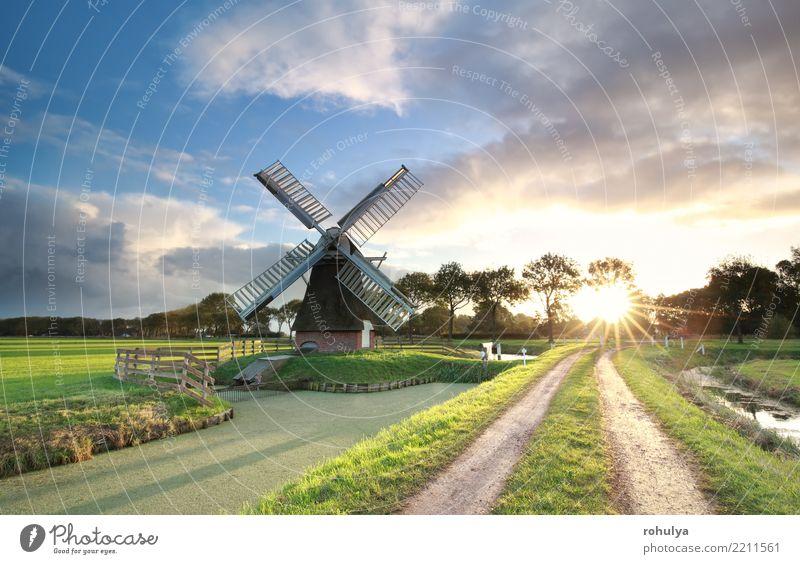 Windmühle, Landstraße und Fluss bei Sonnenaufgang, die Niederlande Himmel Ferien & Urlaub & Reisen blau Sommer Farbe schön grün Landschaft Wolken Straße