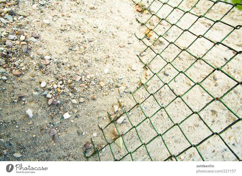 Maschendrahtzaun Natur Erde Sand Wandel & Veränderung Kies Material Zaun Nachbar Sieb steinig Haufen durchlässig diffusion Schlaufe Farbfoto Nahaufnahme