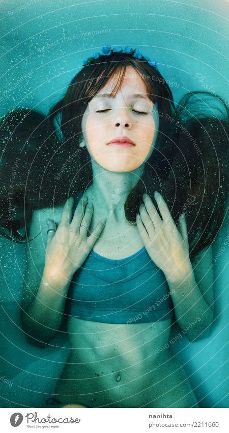 Junge Brünette Frau unter blauem Wasser Mensch Jugendliche Junge Frau schön 18-30 Jahre Erwachsene Lifestyle feminin Gesundheitswesen Stil Haare & Frisuren