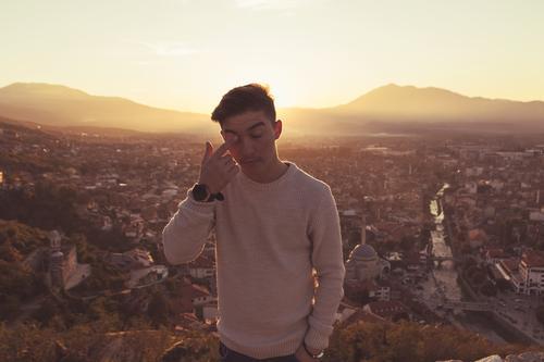 Eine Träne verdrücken Mensch maskulin Jugendliche 1 13-18 Jahre Sonnenaufgang Sonnenuntergang Sonnenlicht Wärme Hügel Prizren Kosovo Europa Stadt Stadtrand