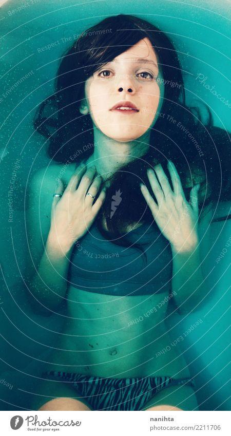 Junge Frau beim Baden in blauem Wasser Lifestyle schön Körperpflege Haare & Frisuren Haut Wellness harmonisch Sinnesorgane Erholung Spa Schwimmbad Sport Fitness