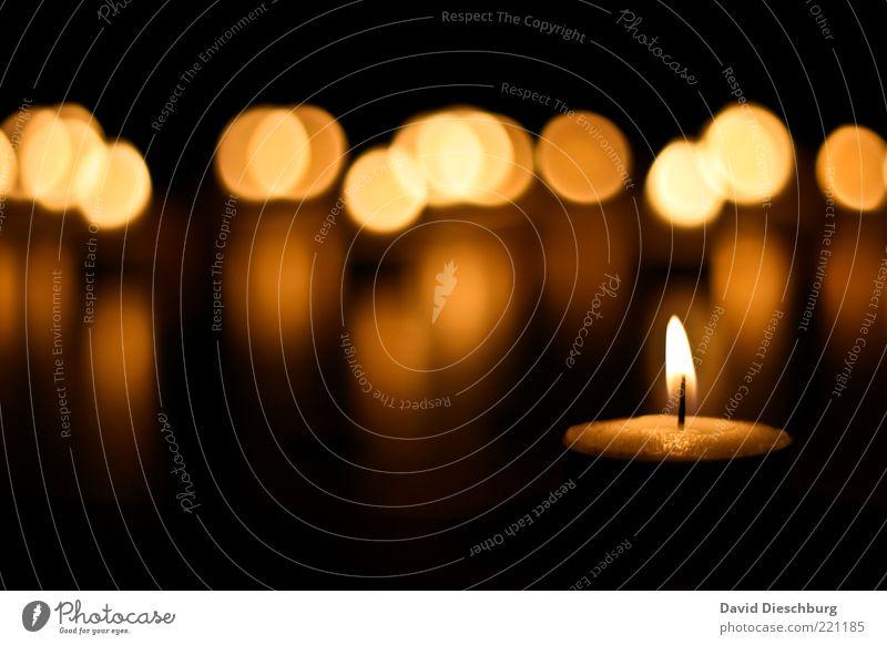 Besinnliche Zeit Stil ruhig braun gelb gold schwarz Teelicht Kerze Kreis brennen Wachs Flamme besinnlich gemütlich Lichterscheinung Lichtschein hell dunkel