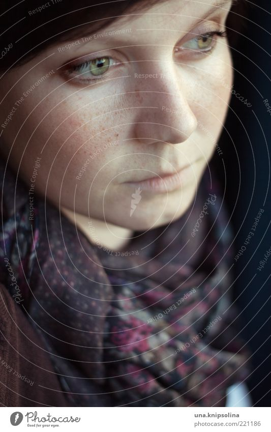 novemberkind Frau Mensch Jugendliche ruhig feminin Gefühle träumen Traurigkeit Denken Stimmung warten Erwachsene Trauer Warmherzigkeit brünett Geborgenheit