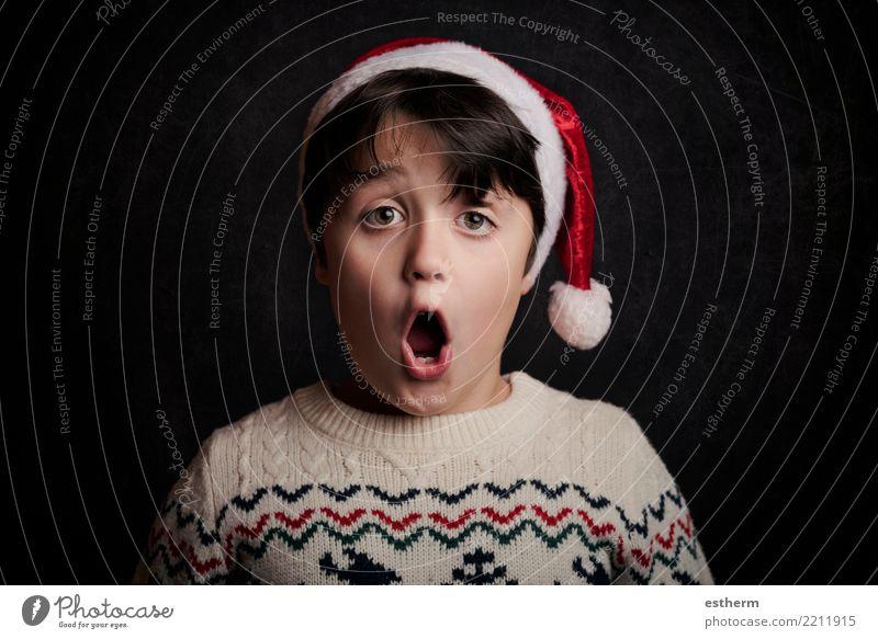 überraschtes Kind an Weihnachten Lifestyle Ferien & Urlaub & Reisen Winter Party Veranstaltung Feste & Feiern Weihnachten & Advent Silvester u. Neujahr Mensch