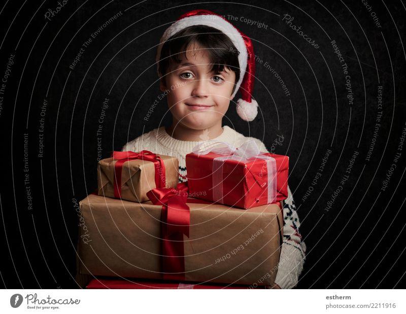 glückliches Kind mit Geschenken zu Weihnachten Lifestyle kaufen Ferien & Urlaub & Reisen Winter Party Veranstaltung Feste & Feiern Weihnachten & Advent