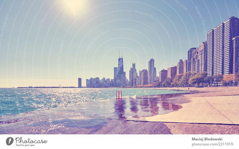 Chicago Waterfront gegen die Sonne. Ferien & Urlaub & Reisen Freiheit Sightseeing Städtereise Wellen Wohnung Büro Stadtzentrum Skyline Haus Hochhaus Bankgebäude