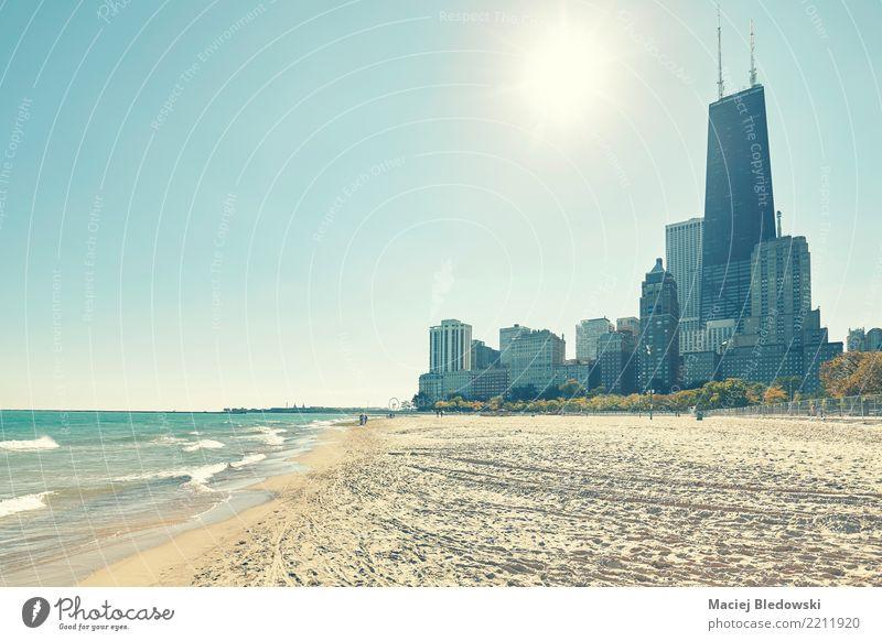 Chicago Waterfront gegen die Sonne. Ferien & Urlaub & Reisen Abenteuer Freiheit Sightseeing Städtereise Strand Stadtzentrum Skyline Haus Hochhaus Bankgebäude