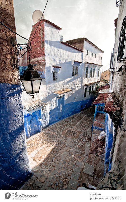 Chefchaouen Chechaouen Marokko Afrika Dorf Stadt Stadtzentrum Altstadt Menschenleer Haus Gebäude Mauer Wand alt blau weiß Einsamkeit Kultur modern stagnierend