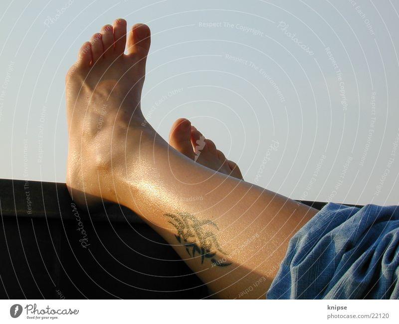 Relaxing Erholung Mensch Fuß. Füße relaxing Tatoo Tattowierung Wade. ausspannen