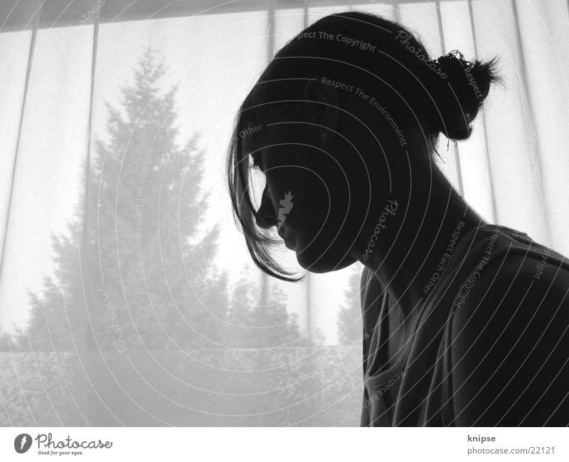siluette Fenster Frau feminin schwarz weiß Tanne verträumt Denken Gardiene