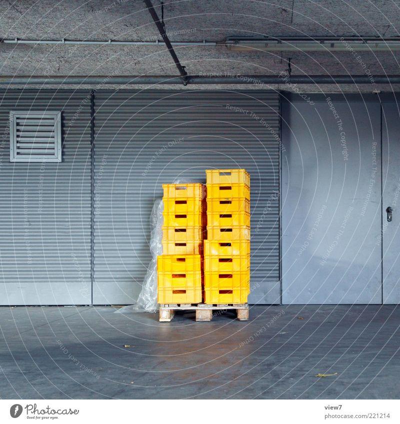 Warenannahme Handel Güterverkehr & Logistik Industrieanlage Fassade Tür Metall Kunststoff ästhetisch dunkel einfach neu gelb Einsamkeit Ordnung