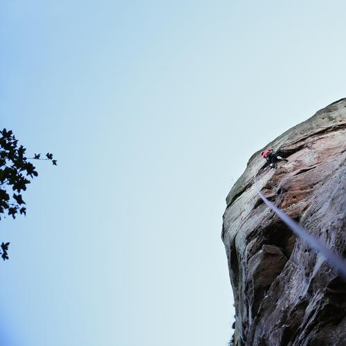 Seilschafter Sport Fitness Sport-Training Klettern Bergsteigen maskulin Mann Erwachsene 1 Mensch Himmel Schönes Wetter Felsen hoch Abenteuer Bewegung erleben
