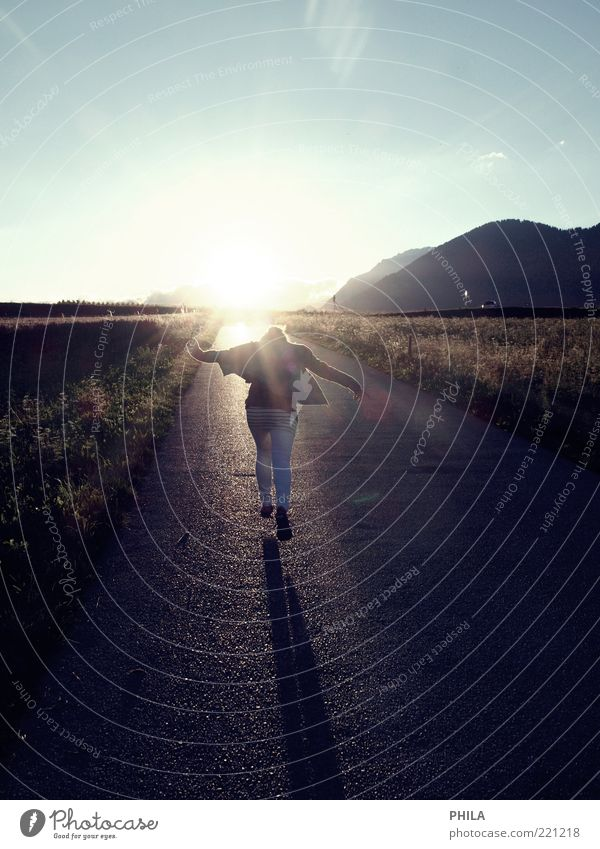immer weiter Frau Mensch Himmel Natur Erwachsene Ferne feminin Straße Leben Gefühle träumen Feld Arme frei rennen außergewöhnlich