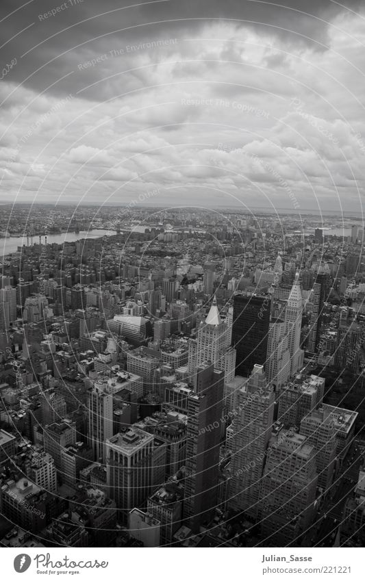 New York S/W Stadt Haus Wolken Ferne dunkel Hochhaus hoch Aussicht Skyline Wahrzeichen Stadtzentrum New York City Sehenswürdigkeit Schwarzweißfoto bevölkert