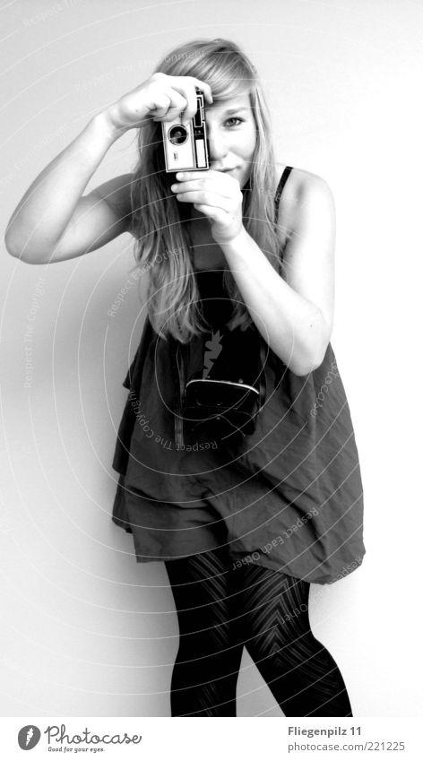 Photo-Model 1 Mensch Jugendliche Freude feminin Leben Stil blond Fröhlichkeit stehen retro Kleid Neugier Fotokamera Kreativität Lächeln