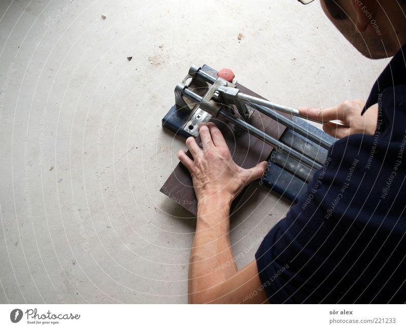 Eigenleistung Mensch Mann Hand Erwachsene Arbeit & Erwerbstätigkeit maskulin Arme Baustelle Fliesen u. Kacheln Handwerk machen Werkzeug anstrengen bauen Renovieren Handwerker