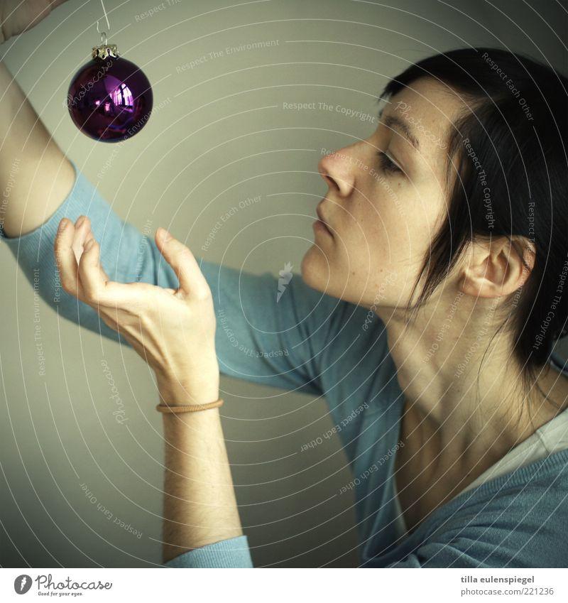 schmuckstück Frau Mensch Weihnachten & Advent Jugendliche blau feminin Erwachsene rund violett Kitsch Dekoration & Verzierung Christbaumkugel hängen greifen verschönern