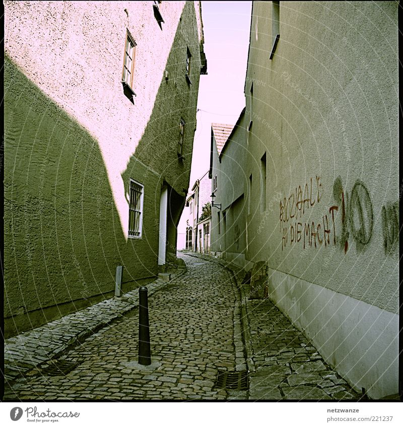 ) alt ruhig Haus Einsamkeit Straße Gefühle Fenster Wege & Pfade Graffiti Stimmung klein Tür Fassade Dach Kitsch analog