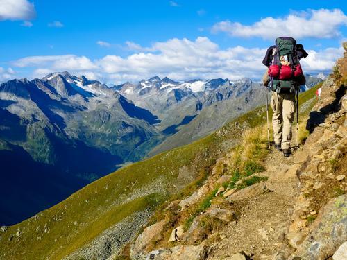 Wanderer mit Rucksack im Gebirge Natur Wolken Berge u. Gebirge Leben Tourismus Freiheit gehen wandern Lebensfreude Abenteuer laufen einzigartig Gipfel Mobilität