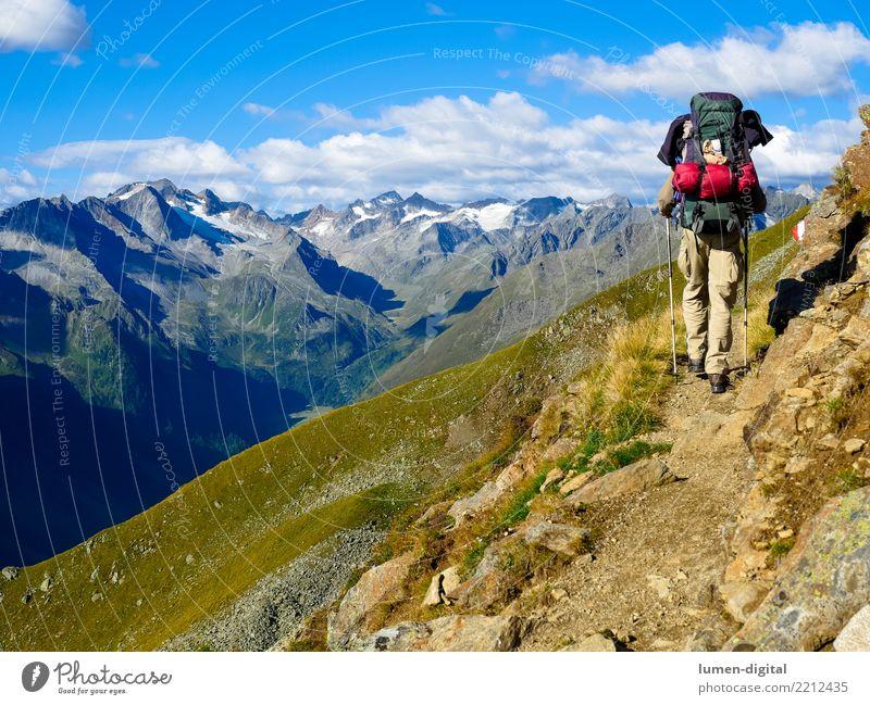 Wanderer mit Rucksack im Gebirge Tourismus Abenteuer Freiheit Camping Berge u. Gebirge wandern Natur gehen laufen einzigartig Lebensfreude Mobilität Österreich